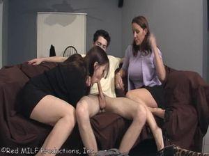 Мать показала дочке как нужно сосать член