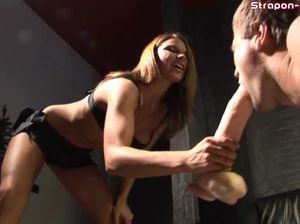 Проститутка госпожа садится на страпон и ласкает клиента