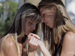 В жаркую погоду прелестные лесбиянки шалят возле бассейна