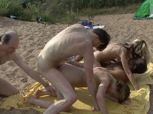 Три мужика жестко поимели двух телок на пляже