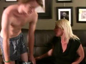 Похотливая мать и ее сынок чпокаются в подвале
