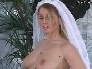 Красивая невеста долбится в тугую задницу