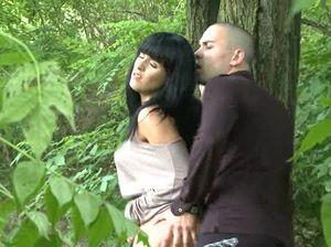 Частный следователь следит за изменой жены в парке