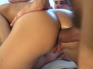 Ненасытные мужланы двойным проникновением ебут сексуальную милашку