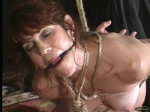 Обнаженная дамочка крепко связанна опытным извращенцем