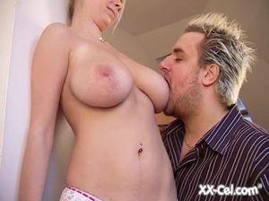 Страстный любовник ласкает большую грудь блондинки и трогает ее киску