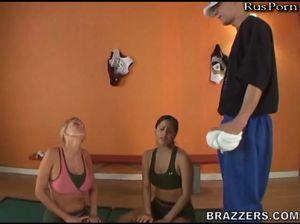 Две девахи шпилятся с тренером