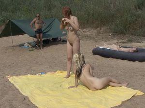 Красивые лесбиянки пришли на нудистский пляж и стали резвиться