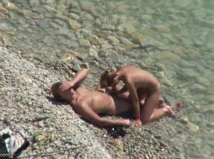 Голая парочка пренебрегла правилами и трахнулась на нудистском пляже