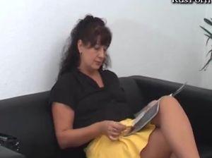 Молодая медсестра и гинеколог обхаживают зрелую бабу