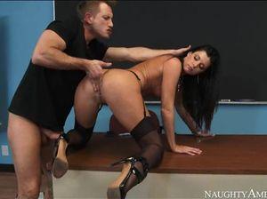 Студент возбудился на стройные ноги преподши