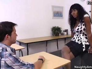 Похотливая черная училка соблазнила белого студента