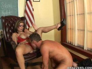 Жанна раздвинула ноги и дала учителю полизать