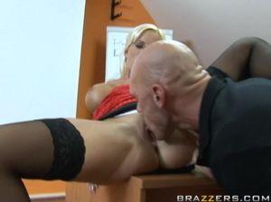 Преподавательница со стройными ногами возбудила парня