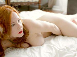 Рыженькая лисичка прилегла на кровать и подрочила