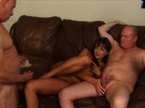 Шлюшка перепихнулась с двумя развратными стариками