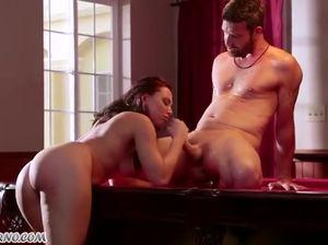 Отменный секс с малышкой на бильярдном столе