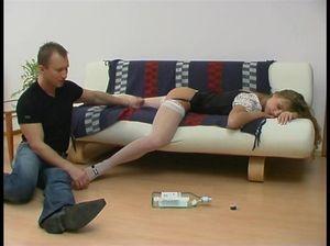 Уснувшую пьяную телку чувак поимел в разных позах
