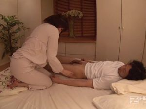 Пристроился к очку азиатки пока ее муж спал