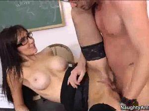 Игривая темноволосая училка развлекается после пар со студентом