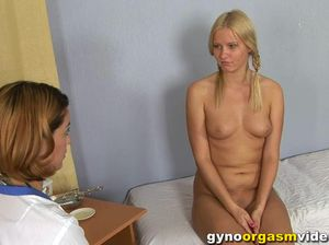 Докторша довела до оргазма аппетитную блондинку