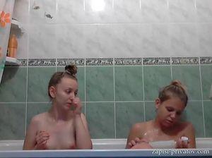 Молоденькие девушки порезвились друг с другом в ванной перед вебкой