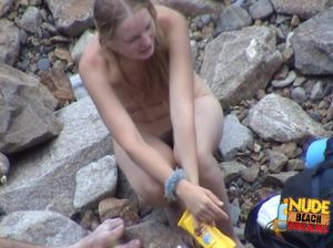 Молодуха Ксения принялась флиртовать на каменном пляже