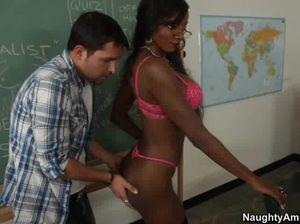 Негритянка скачет на елде своего ученика