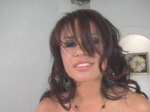 Соблазнительная порно звезда показывает мастер класс подружке