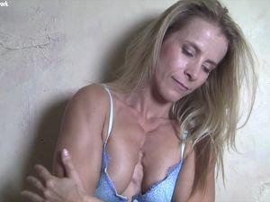 Роскошная мускулистая блондинка  показывает тело