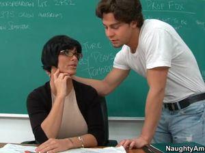 Брюнетка в очках дает похотливому студенту