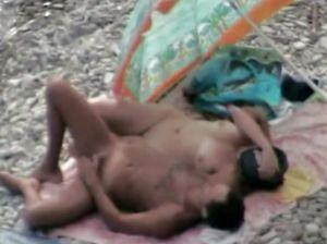 Девушка скачет в позе наездницы на пляже
