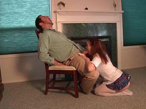 Отец наказал свою дочку и заставил сосать его хуй