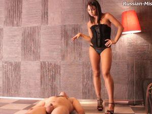 Госпожа издевается над рабом и ссыт в рот
