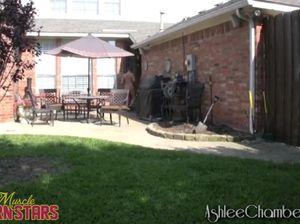 Бодибилдершка с белокурыми волосами чпокается на заднем дворе