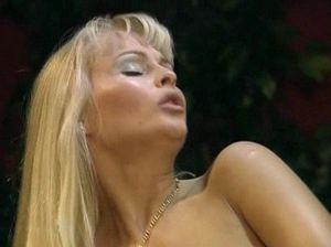 Жесткий анальный секс с белокурой симпатяшкой на бильярдном столе