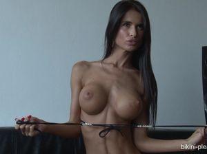 Очень худая девушка с красивыми сиськами оголяется перед камерой