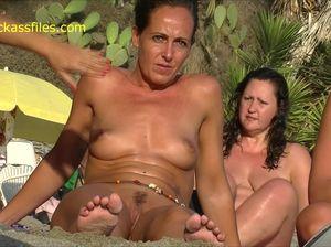 Оля разделась на пляже и не догадывается что ее снимают