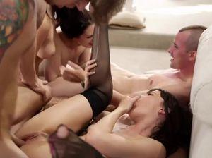 Парни и девушки устроили настоящую секс оргию