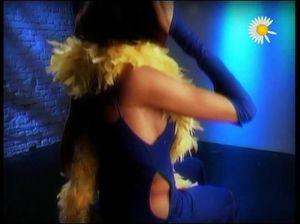 Горячая брюнеточка позирует перед камерой, демонстрируя свои прелести