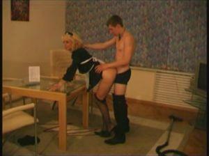 Служанка трахается с дворецким в гостиной
