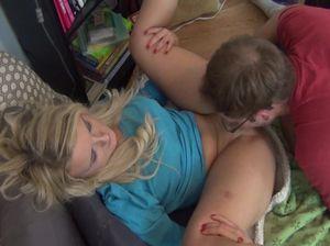 Молоденькая развратница сладко стонет от умелого язычка своего брата