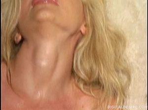 Очаровательная блондинка вздрочнула в душе