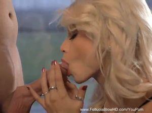 Сочная блонда с нежностью сосет хуек