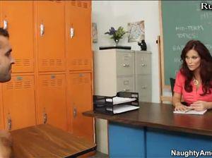 Шаловливые пальцы студента долбят манду училки