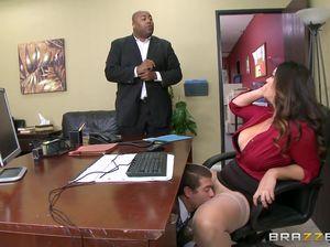 Начальник полизал пизду своей секретарше