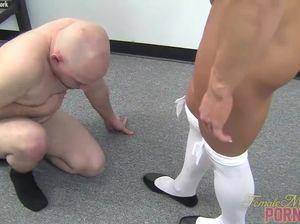 Накаченная телка бьет своего послушного раба