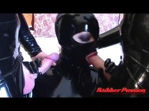 Женщина в черном латексе отсасывает чужие хуи