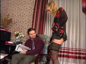 Русская девушка с волосатой пиздой сосет хуй и дрочит между ног