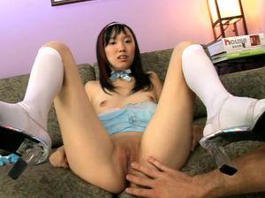 Маленькая азиатка принимает в себя член большого дяди